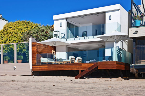 Malibu Beach House 1 Modern Malibu Beach House Combines Contemporary Interiors with Unending Ocean Views