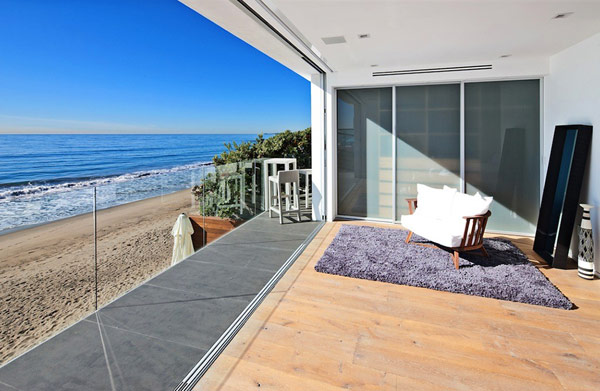 Modern malibu beach house combines contemporary interiors - Maison contemporaine malibu niles architecte ...