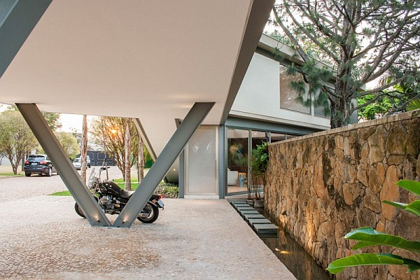 modern house brasil Offset House in Brasil Brings the Outdoors Inside in Style