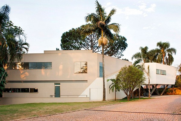 modern residence brasil Offset House in Brasil Brings the Outdoors Inside in Style