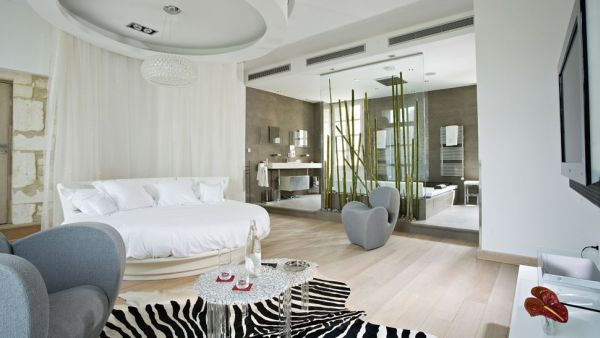 Chic and fashionable use of the round bed for a bedroom in white