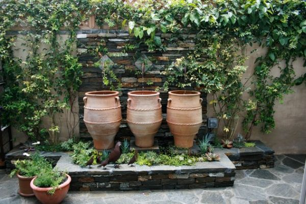 Greek urns help in creating a fountain with creativity galore