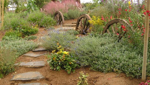 Smart use of wagon wheels to create a distinct and natural landscape