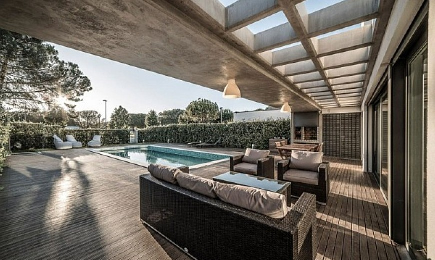 Lavish Modern Residence in Faro Charms With Its Spacious Contemporary Interiors