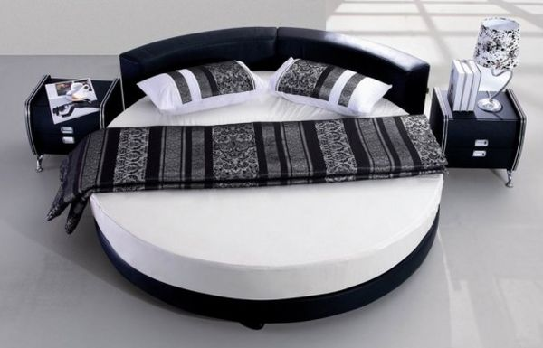 Wonderful use of dark and light tones for this circle bed