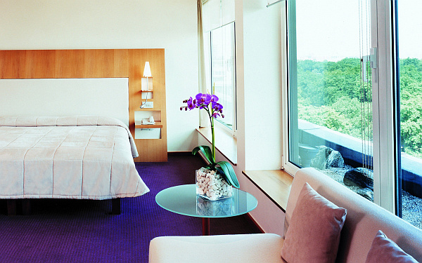 Colorful bedroom with purple flower arrangement
