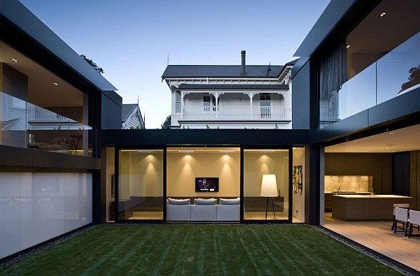 Open living space with a minimalist modern flair in auckland for Minimalist house with courtyard
