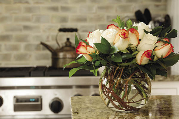 Beautiful kitchen flowers - roses in a bowl