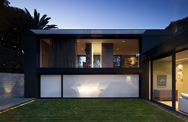 Open living space with a minimalist modern flair in auckland for Modern minimalist villa