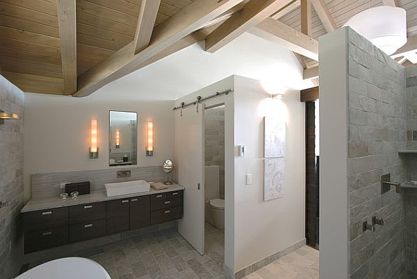 Bathroom with a beautiful privacy wall and tiles
