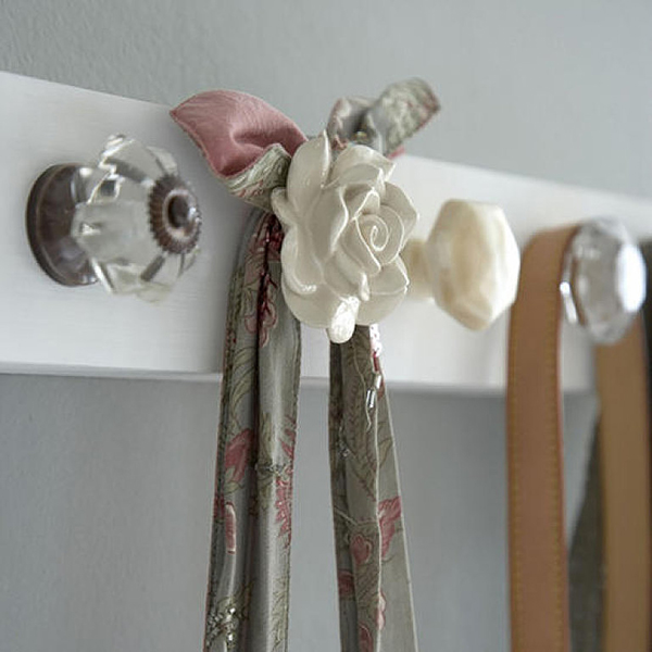 Pretty hooks, flower knob, clear glass knob, hanging bags. Pub orig IH 02/2008