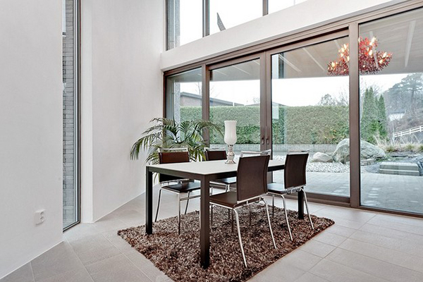 Dining area that stays visually connected with the backyard