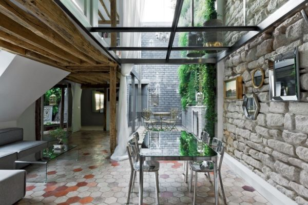 Dining space visually connected with the courtyard