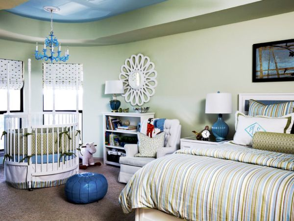 Round crib next to the bed allows you to keep an eye on your little one