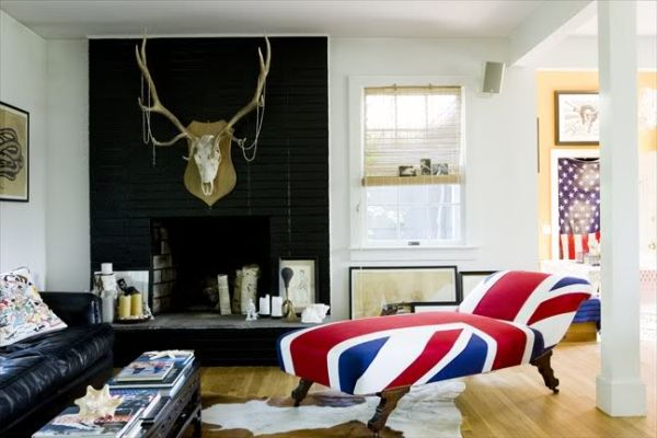 Union Jack chaise lounge fit in with the contemporary setting British Invasion: 24 Union Jack Furniture and Decor Ideas
