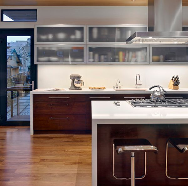 Wooden lower cabinets and frosted glass upper cabinets bring in a perfect contrast