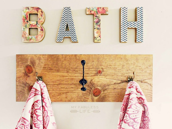 Aged wood towel rack with mismatched hooks DIY Towel Racks For a Chic Bathroom Update
