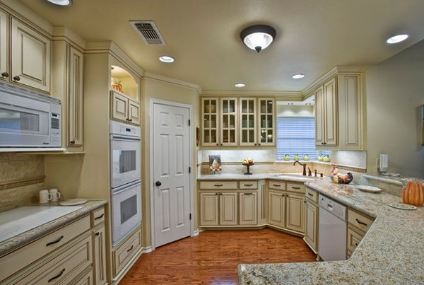 Beautiful traditional kitchen that uses corner space to perfection