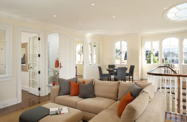 By using orange couch cushions one can easily switch the accent color at will