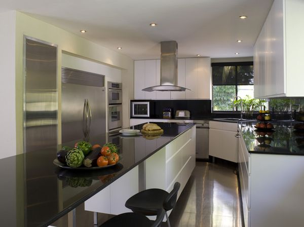 Chic modern kitchen with polished surfaces and a smart for Small kitchen designs with corner sinks