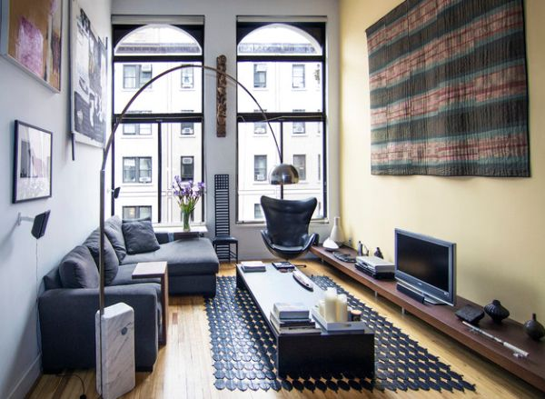 Living room with high ceiling employs decor in matching hues
