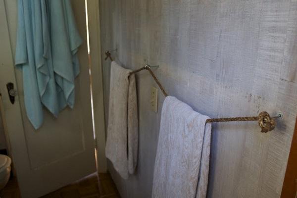 diy towel racks for a chic bathroom update. Black Bedroom Furniture Sets. Home Design Ideas