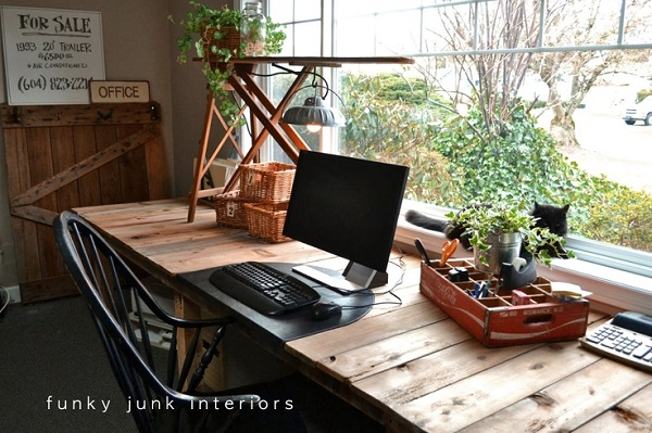 View In Gallery Repurposed Wood Pallet Computer Desk