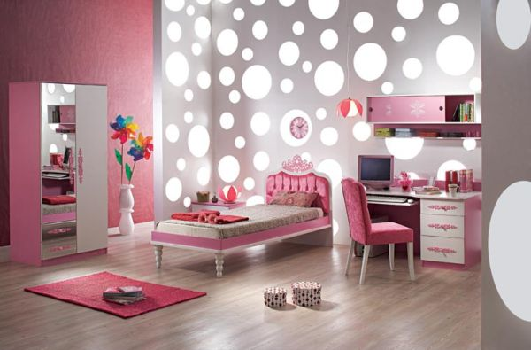 Stylish girls' bedroom in pink and silver!