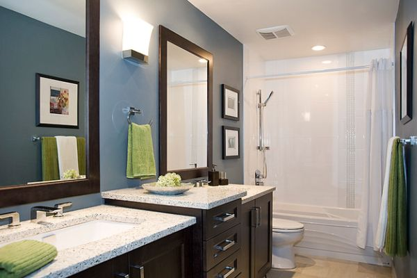 You can change the accent color in this modern bathroom by simply switching the towels!