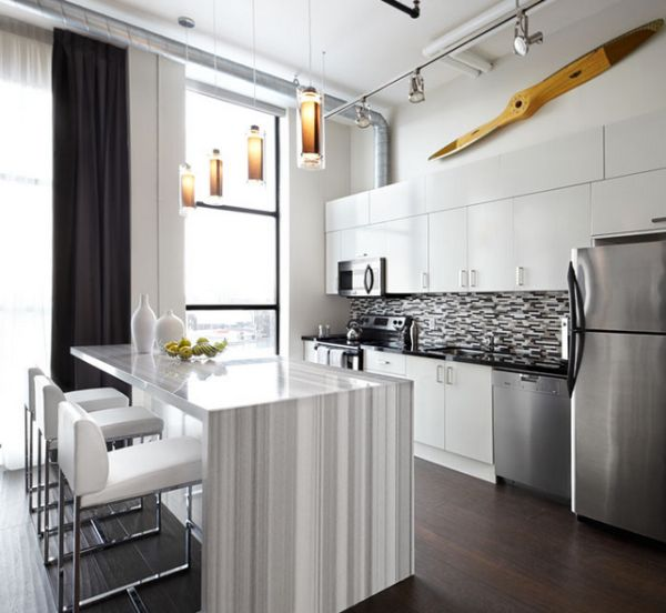 Gray and white striated marble island steals the show here