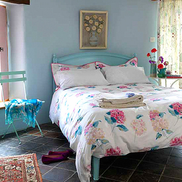 Country home decor with contemporary flair for Modern country bedroom decor