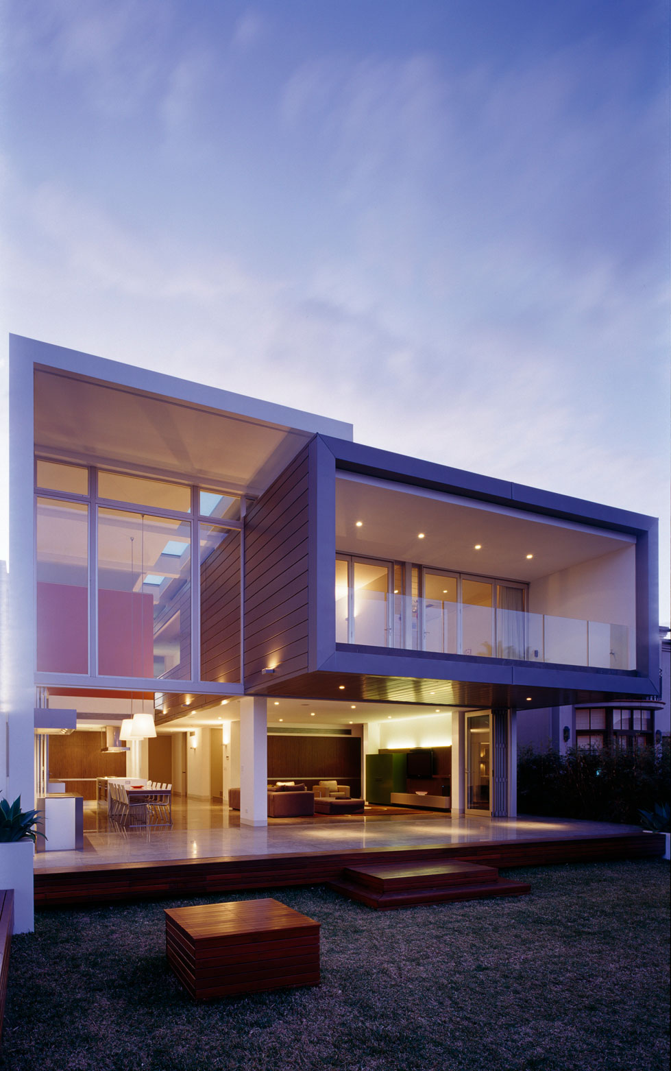 Luxurious and expansive sensory interior delight sizzles for Modern villa architecture design