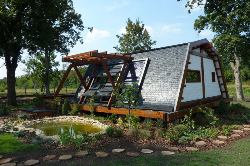 Cool design for a self sustainable home soleta for Off the grid home design plans