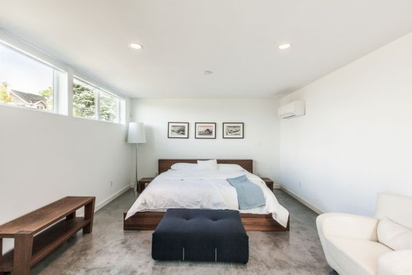 Contemporary bedroom in white in the Aurea residence