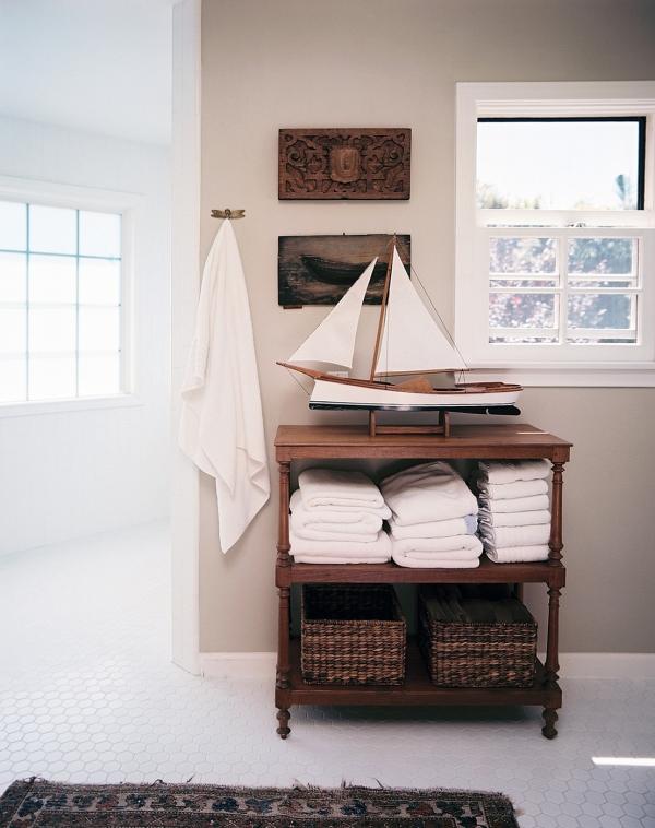 Nautical details in a tropical bathroom