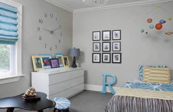 Playful wall clock in the kids' bedroom looks simple and stylish
