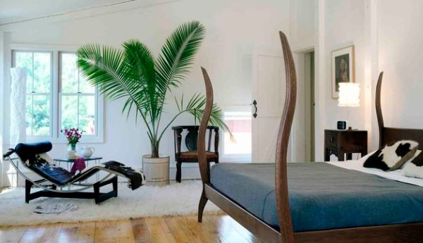 Curved mahogany bedposts clearly steal the show here!
