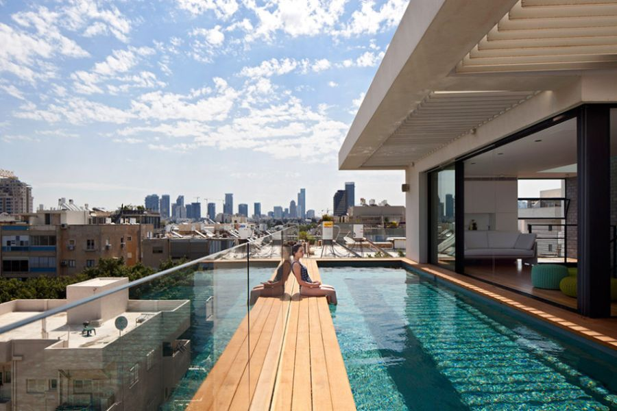 Fifth floor swimming pool in the Tel Aviv home Terrace Infinity Pool Tops Off A Classy Contemporary Home In Tel Aviv