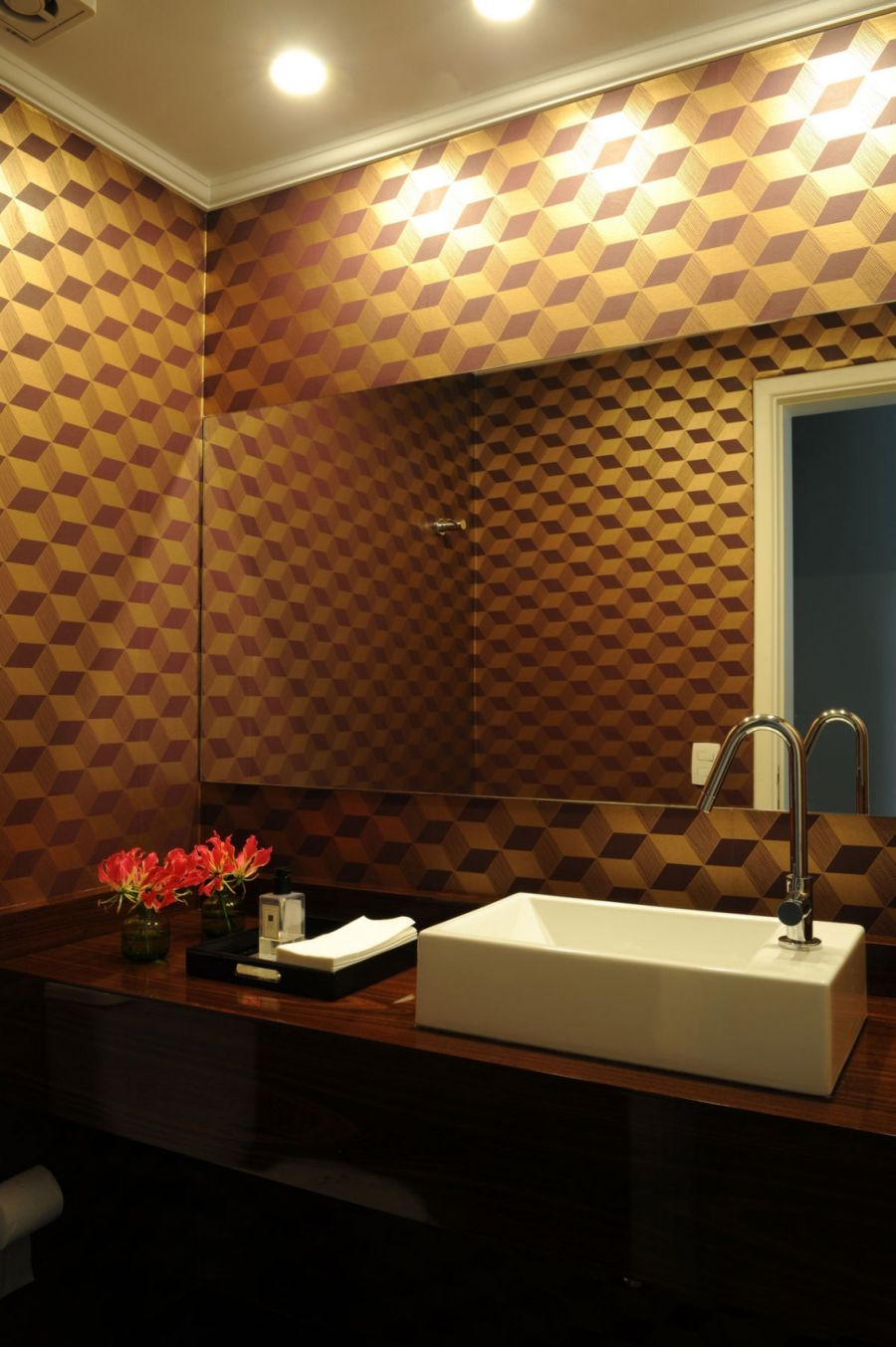Gold accent in the bathroom