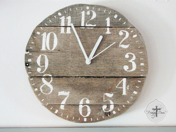 View in gallery Reclaimed wood clock - Reclaimed Wood DIY Projects For Home
