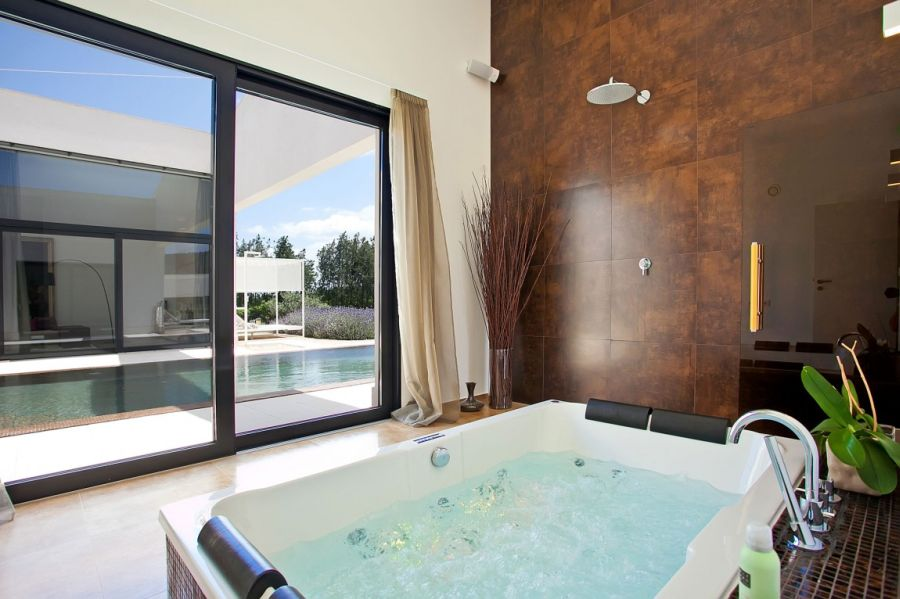 luxurious jaccuzzi at the Mallorca holiday home