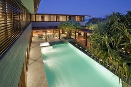Luxurious Queensland Beach Residence Offers Dramatic Ocean Views