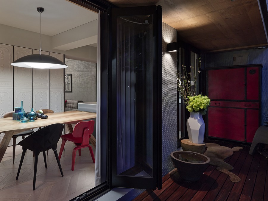 Folding glass doors in the dining area