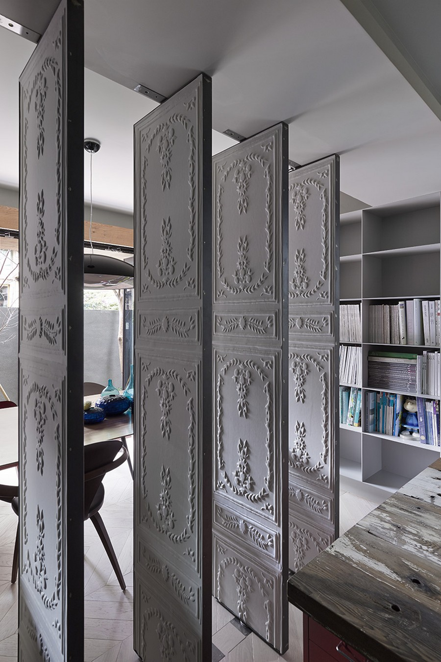 Lovely carved doors bring in traditional Taipei design