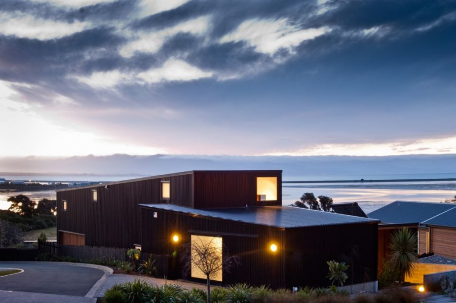 Nelson House designed by Kerr Ritchie after sunset Nelson House In New Zealand Offers Seclusion Draped In Scenic Beauty