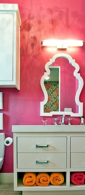 Rolled and hung towels reinforce the exquisite color scheme of this bathroom
