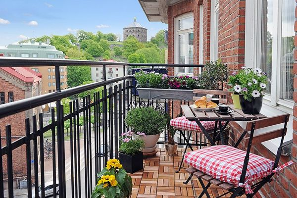 Simple and stylish modern balcony garden idea