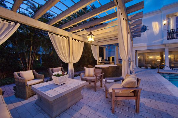 Stylish pergola design looks all the more appealing thanks to the fabric accents