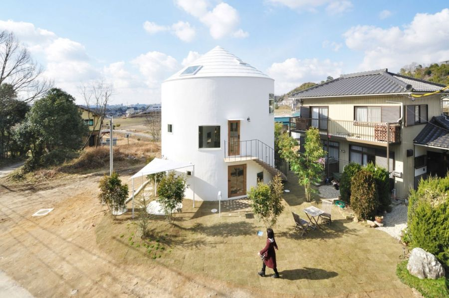 Cylindrical exterior of Chiharada House in Japan