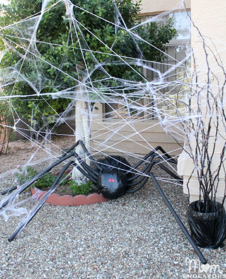diy halloween decorations spooky spider web and a giant spider. Black Bedroom Furniture Sets. Home Design Ideas